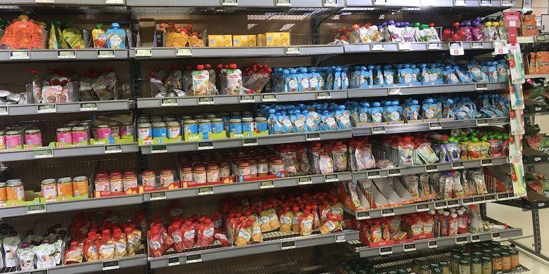 Rak yang berisi aneka produk makanan bayi yang sebagian besar organik di sebuah supermarket di kota Copenhagen, Denmark.