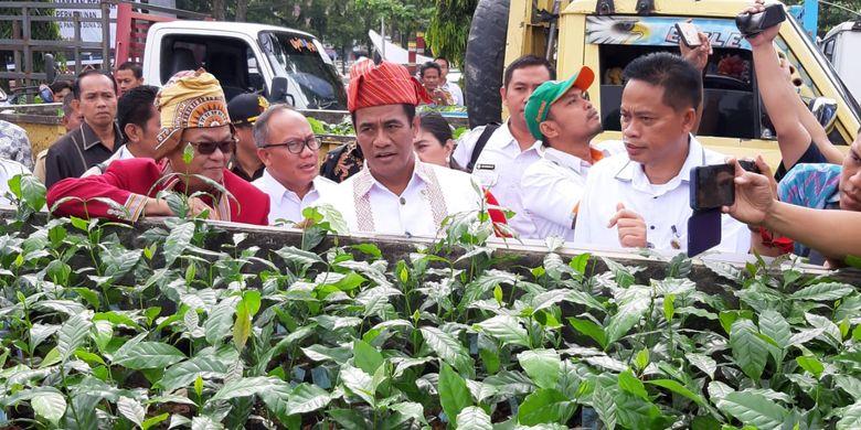 Di depan para petani Mentan Andi Amran Sulaiman menyatakan dengan bantuan bibit unggul ini pengembangan kopi di Toraja bisa menaikkan produkvitasnya, dari 0,3 ton menjadi 3,5 sampai 4 ton per hektar per tahun.