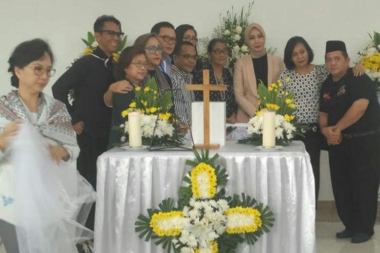 Para kerabat dan rekan mendiang Robby Tumewu berfoto bersama di depan jenazah Robby di Rumah Duka Oasis Lestari, Jatake, Bitung, Tangerang, Banten, Senin (14/1/2019).