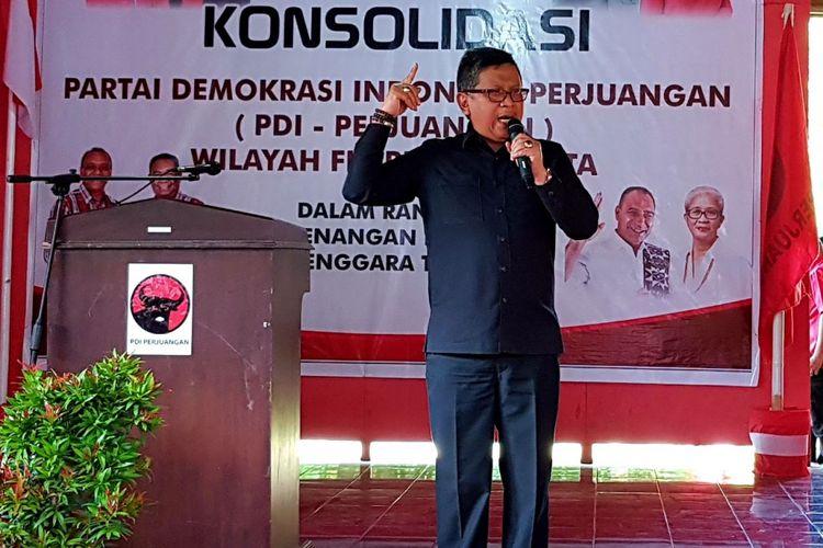 Sekjen PDI Perjuangan Hasto Kristiyanto, saat berbicara di hadapan ribuan orang peserta konsolidasi pemenangan pilkada serentak NTT 2018, di Kantor DPC PDI Perjuangan Kabupaten Sikka, Flores NTT, Jumat (9/2/2018)