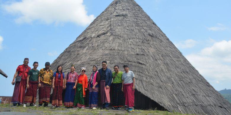 Para Dosen Universitas Bina Nusantara Jakarta, Oktober 2018 lalu mengabadikan kunjungan mereka di perkampungan tradisional Todo di Kecamatan Satarmese Utara, Kabupaten Manggarai, Flores, NTT.