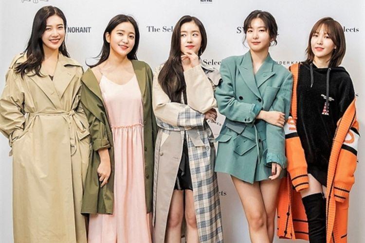 Red Velvet berpose untuk para fotografer dengan mengenakan produk-produk fashion yang mereka desain dalam kerja sama dengan lima brand perancang Korea Selatan.