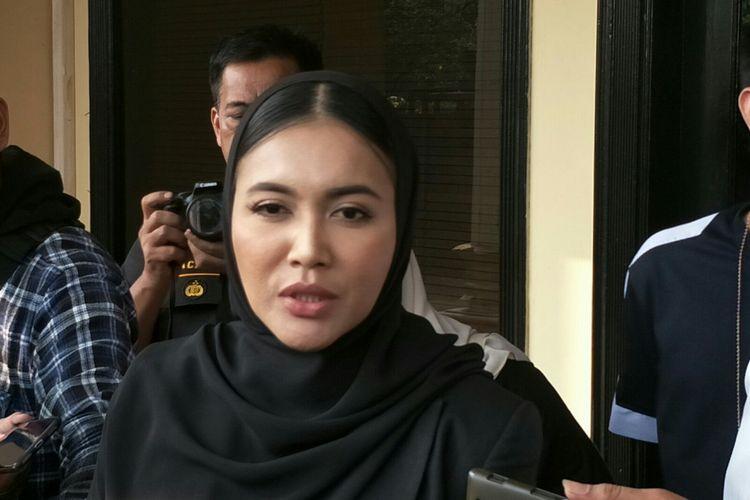 Penyanyi Denada Tambunan usai menjenguk mantan suaminya Jerry Aurum di Mapolres Jakarta Barat, Slipi, Senin (1/7/2019).