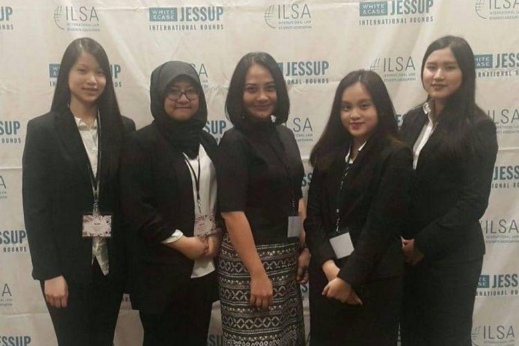 Tim FH Unair mewakili Indonesia dan meraih peringkat 13 di ajang Philip C. Jessup International Law Moot Court Competition 2019 pada (31/3-7/4/2019) di Washington D.C Amerika Serikat.