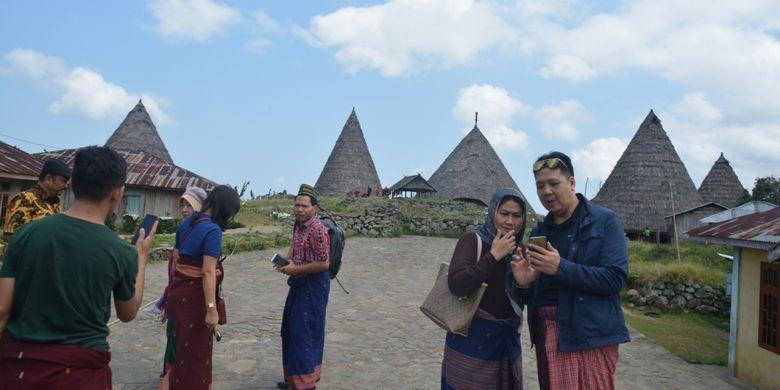 Para Dosen Universitas Bina Nusantara Jakarta, Oktober 2018 lalu mengabadikan kunjungan mereka di perkampungan tradisional Todo di Flores, NTT, dengan latar belakang Mbaru Niang Todo.