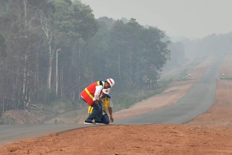 Presiden Joko Widodo dan Menteri PUPR Basuki Hadimuljono saat mengecek kondisi Jalan Trans Papua KM 84 ruas Jalan Merauke-Sota di Kabupaten Merauke, Jumat (17/11/2018).