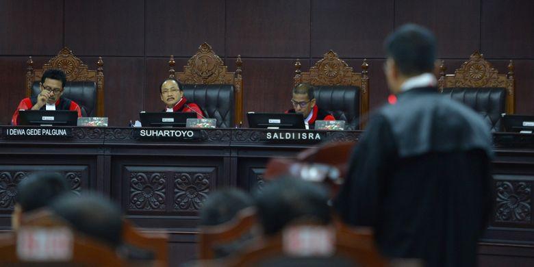 Ketua majelis hakim Mahkamah Konstitusi (MK) Suhartoyo (tengah) bersama hakim MK I Dewa Gede Palguna (kiri) dan Saldi Isra mendengarkan keterangan kuasa hukum pemohon uji materi UU MD3 pada sidang panel pendahuluan di gedung MK, Jakarta, Kamis (8/3). Forum Kajian Hukum dan Konstitusi (FKHK), Partai Solidaritas Indonesia (PSI), dan dua perserorangan warga negara Indonesia menggugat ketentuan dalam Pasal 73 ayat (3), Pasal 73 ayat (4) huruf a dan c, Pasal 73 ayat (5), Pasal 122 huruf k, dan Pasal 245 ayat (1) UU MD3. ANTARA FOTO/Wahyu Putro A/pras/18