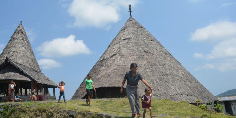 Warga Kampung tradisional Todo melintasi di depan Mbaru Niang Todo, Oktober 2018 lalu. setiap hari warga di kampung adat Todo itu menjual kain tenun bermotif Todo di Manggarai, Flores, NTT.