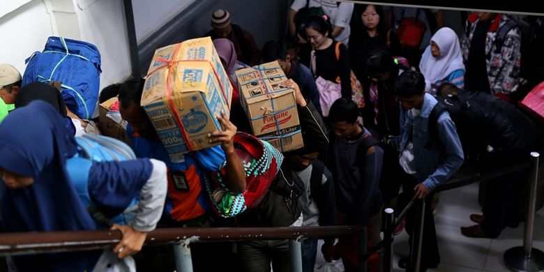 Pemudik dengan menggunakan KA Kertajaya dan Matarmaja dari Jawa Timur tiba di Stasiun Pasar Senen, Jakarta, Jumat (30/6/2017). Seiring dengan akan berakhirnya libur Lebaran, warga mulai kembali berdatangan dari kampung halaman dan puncak arus balik diperkirakan terjadi pada 1 Juli 2017.