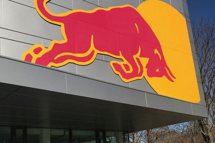 Logo Red Bull terlihat jelas di pusat pelatihan RB Leipzig. Foto diambil saat Kompas.com melakukan Bundesliga Media Visit, 24 Februari 2019.