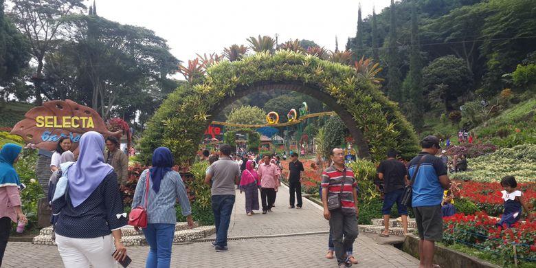 Suasana pengunjung di lokasi wisata Selecta, Kota Batu, Jawa Timur, Minggu (16/7/2017). Selama libur sekolah, kunjungan wisatawan di lokasi itu meningkat tajam.
