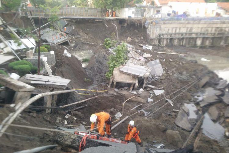 Tim SAR melakukan pencarian korban di lokasi jalan raya Gubeng Surabaya yang ambles