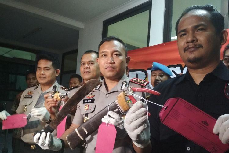 Kapolres Karawang AKBP Hendy Febrianto Kurniawan dan jajaran menunjukkan pisau dan golok yang biasa digunakan A dan O beraksi.