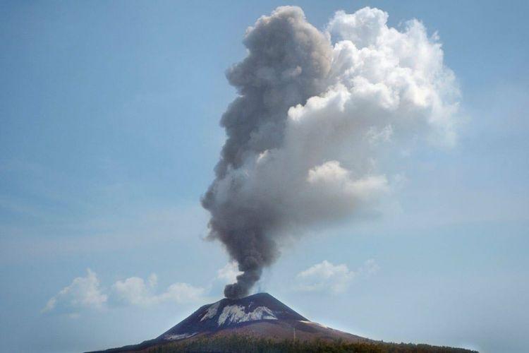 Gunung Anak Krakatau di Selat Sunda, Lampung, meletus sebanyak 56 kali dalam sehari, Rabu (11/7/2018). (dok.PVMBG)