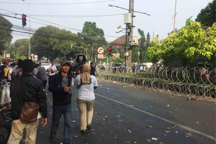 Para pendukung Prabowo Subianto-Sandiaga Uno berangsur-angsur membubarkan diri dari depan gedung Komisi Pemilihan Umum (KPU) RI, Jalan Imam Bonjol, Menteng, Jakarta Pusat, Jumat (10/8/2018).