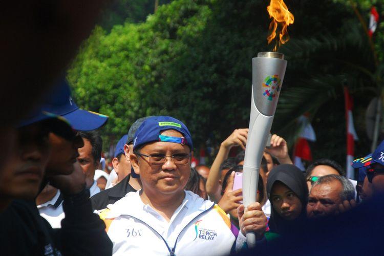 Menteri Komunikasi Dan Informatika Rudiantara Saat Membawa Obor Dalam Torch Relay Asian Games  Yang Berlangsung