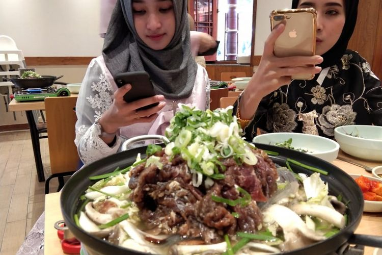 Di tempat wisata Korea Folk Village, rombongan tur 2018 Halal Restaurant Week Korea mampir ke restoran ramah muslim lain yakni Gilmokjib. Menu yang dipesan seperti beef soup dan andong style wild vegetable bibimbap.
