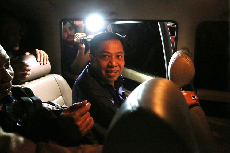 Terpidana kasus korupsi proyek KTP elektronik, Setya Novanto (tengah) berada dalam mobil tahanan usai menjalani pemeriksaan di gedung KPK, Jakarta, Rabu (10/4/2019). Setya Novanto  menjalani pemeriksaan sebagai saksi untuk tersangka Markus Nari terkait  kasus dugaan korupsi proyek pengadaan KTP-elektronik dengan dugaan menerima uang sebanyak Rp4 miliar untuk memuluskan pembahasan anggaran perpanjangan proyek pada tahun anggaran 2013. ANTARA FOTO/Reno Esnir/foc.