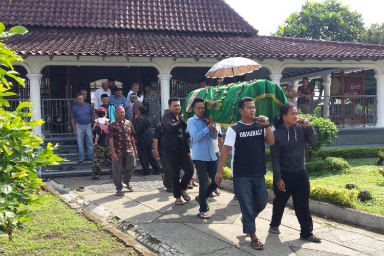 Jenazah anggota KPPS 13 Perum Hegarmanah, Cianjur, Jawa Barat, Entis Tisna Sasmita (62) saat akan dibawa ke tempat peristirahatannya yang terakhir. Entis meninggal diduga kelelahan usai menjalankan tugas di TPS.