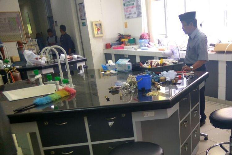 Suasana laboratorium Kimia Fakultas Keguruan dan Ilmu Pengetahuan (FKIP) Universitas Syiah Kuala pasca terjadinya ledakan tabung labu saat proses awal riset mahasiswa dilakukan. Akibat ledakan tabung labu, dua orang terluka masing-masing dosen dan mahasiswi.