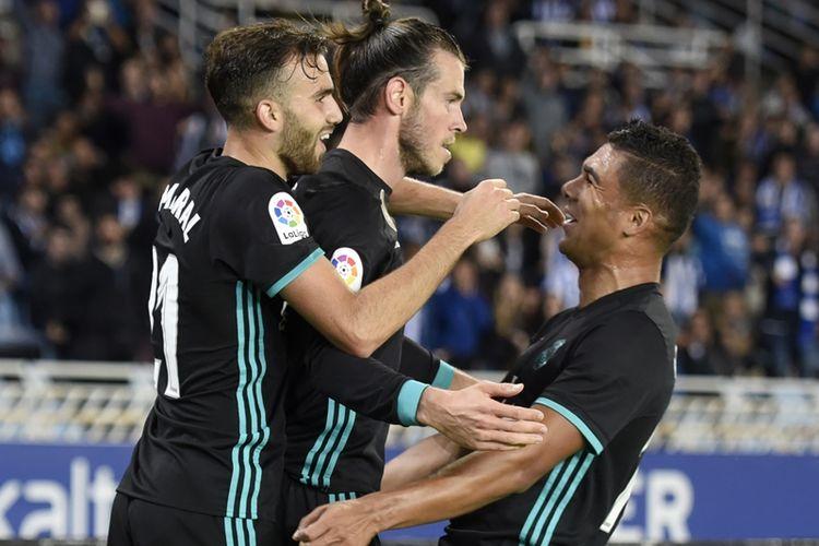 Penyerang Real Madrid, Gareth Bale (tengah), mendapat sambutan dari Casemiro (tengah) dan Borja Mayoral, setelah mencetak gol ke gawang Real Sociedad dalam pertandingan La Liga di Stadion Anoeta, San Sebastian, Minggu (17/9/2017).