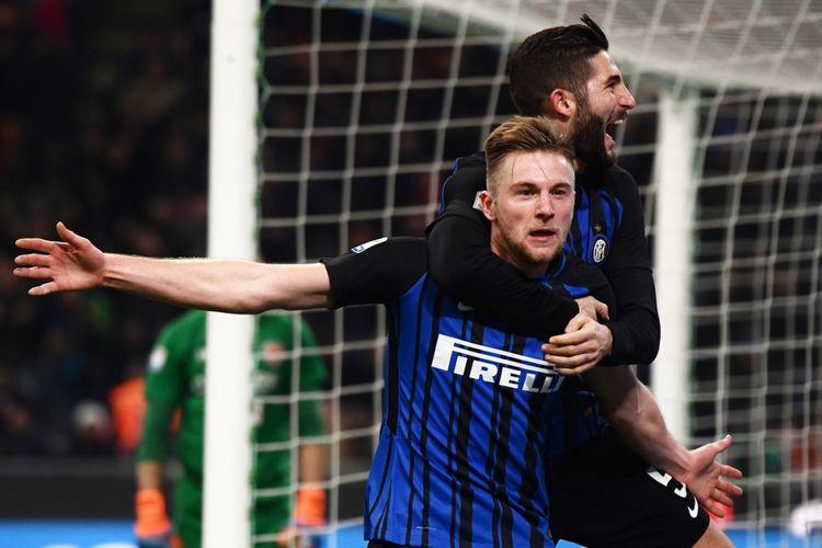 Bek Inter Milan, Milan Skriniar, merayakan golnya ke gawang Benevento pada pertandingan pekan ke-26 Serie A di Stadion Giuseppe Meazza, Sabtu (24/2/2018).