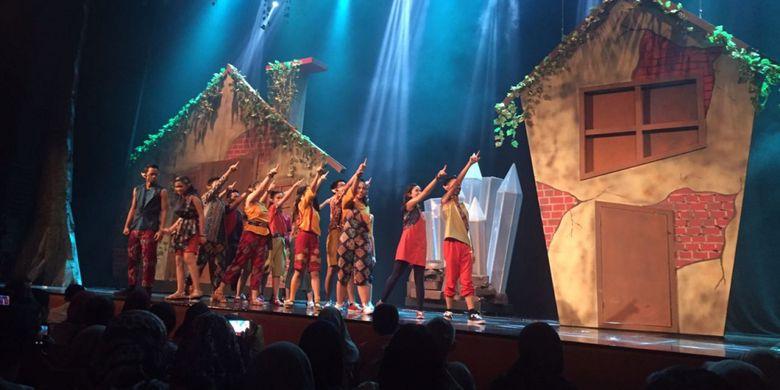 Drama kolosal Skylite Musicals atau Labschool Kebayoran's Live Performance and Art Event 2017 yang dipertontonkan puluhan siswa SMA Labschool Kebayoran di Teater Besar Jakarta, Taman Ismail Marzuki, Sabtu (22/7/2017) malam tadi.