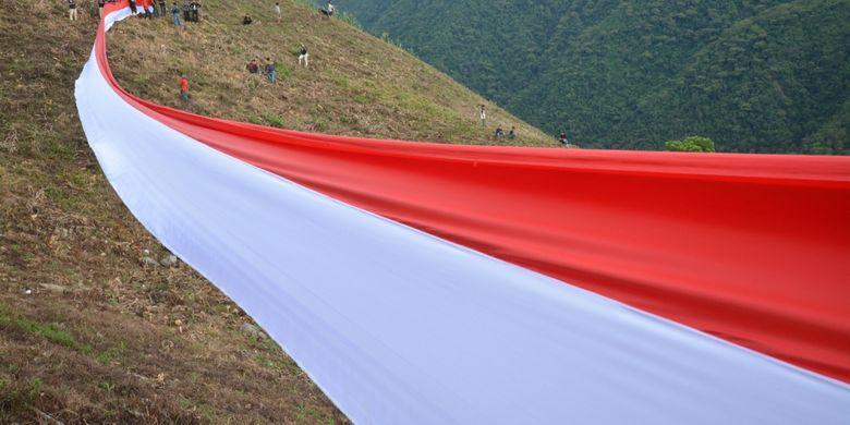 Ratusan warga membentangkan bendera Merah Putih sepanjang 72 meter di Pegunungan Matantimali Desa Wayu, Kinovaro, Sigi, Sulawesi Tengah, Kamis (17/8/2017). Pembentangan bendera yang dilaksanakan oleh Komunitas Patroli Kota Palu itu dimaksudkan untuk menanamkan nilai-nilai nasionalisme sekaligus memperingati HUT ke-72 RI.