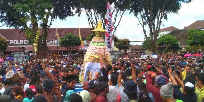 Prosesi Grebeg Gethuk pada puncak perayaan HUT ke-1.112 Kota Magelang, Jawa Tengah, Minggu (15/4/2018).