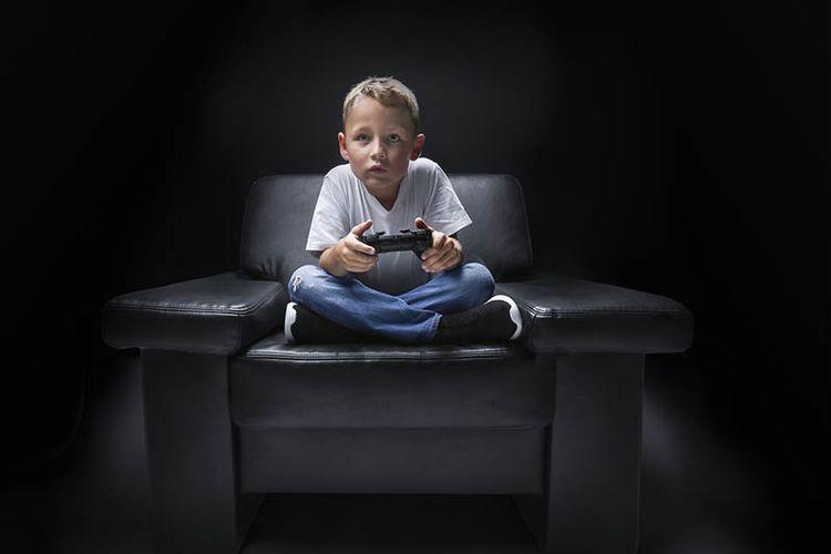 Anak bermain game. Seorang anak di Irlandia tak sadar telah menguras tabungan sang ibu saat bermain game FIFA.