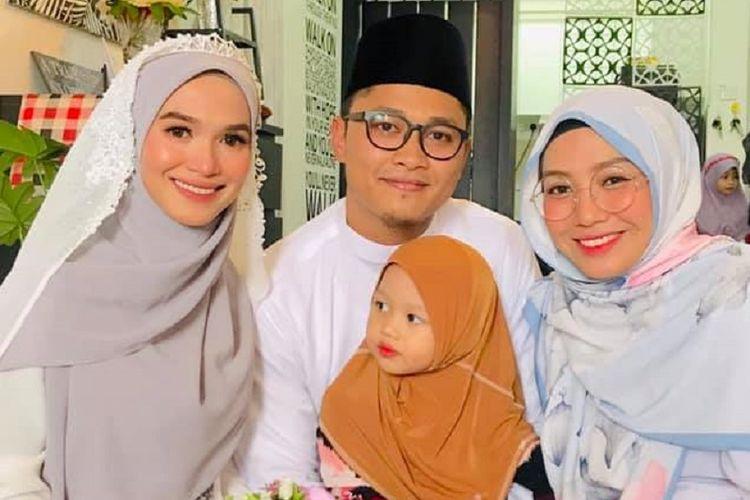 Samuel Dzul (tengah) saat menikah dengan istri, keduanya Nur Fathonah Abdul Rahim (kiri), dengan didampingi istri pertamanya, Khuzatul Atiqah.