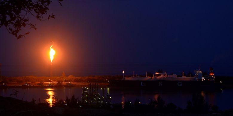 Api dari cerobong Pabrik Perta Arun Gas terlihat dari Taman Ngieng Joh, Kota Lhokseumawe, Aceh.