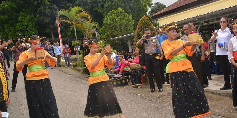 Tiga penari dari STKIP Santo Paulus Ruteng menyambut kunjungan perdana Gubernur Nusa Tenggara Timur, Viktor Bungtilu Laiskodat dengan rombongan dengan tarian Tiba Meka khas Flores Barat, Kamis (10/1/2019).