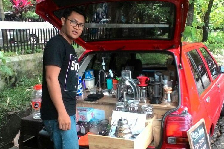 Ardhy dengan mobil Toyota Starlet tuanya membuka usaha cafe keliling