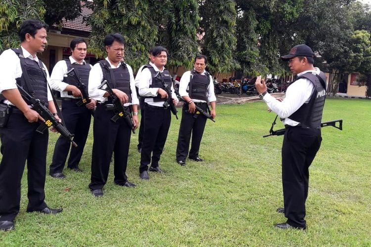 Proses pembuatan video klip lagu berjudul Bertaubat karya Kasat Reserse dan Narkoba Polres Jombang, AKP Moch Mukid. Lagu tersebut merupakan lagu pertama yang diciptakan untuk mengkampanyekan bahaya narkoba.