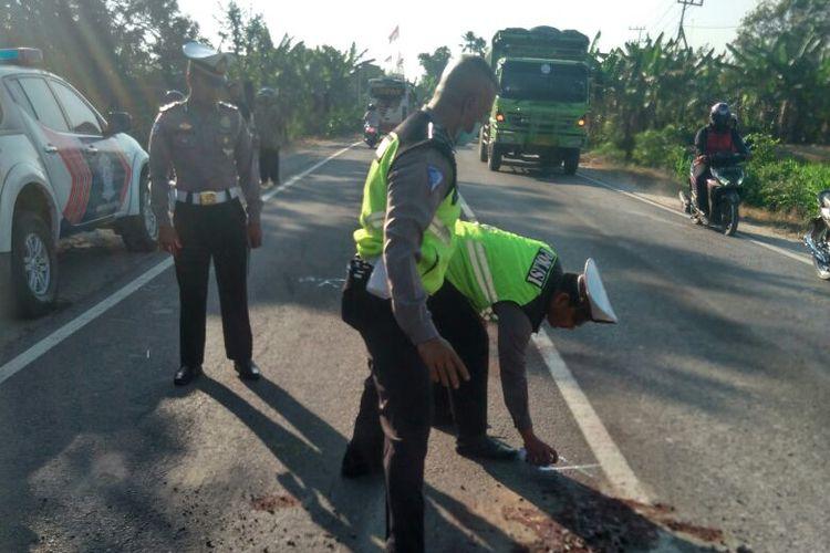 Aparat Satlantas Polres Ngawi melakukan olah tempat kejadian perkara kasus kecelakaan lalu lintas yang menyebabkan, Sunarti (55), seorang ibu rumah tangga tewas terlindas truk pengangkut barang, Kamis ( 24/8/2017).