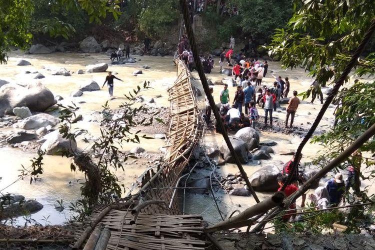 Jembatan kayu yang merupakan akses ke tempat wisata Penangkaran Rusa Cariu berlokasi di lokasi Wisata Penangkaran Rusa Cariu milik Perhutani kampung Girijaya Desa Sirnarasa Kecamatan Tanjungsari, Sumedang, ambruk. Akibatnya 28 orang wisatawan mengalami luka-luka.