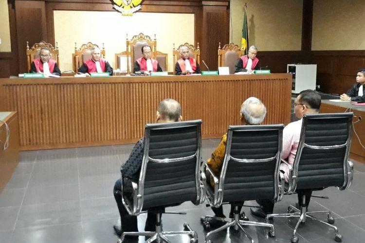 Tiga anggota DPRD Sumut, Abu Bokar Tambak, Enda Mora Lubis dan M Yusuf Siregar duduk di kursi terdakwa di Pengadilan Tipikor Jakarta, Rabu (20/2/2019).