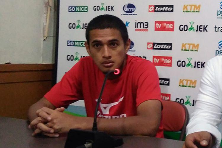 Asisten pelatih Semen Padang, Hengki Ardiles.