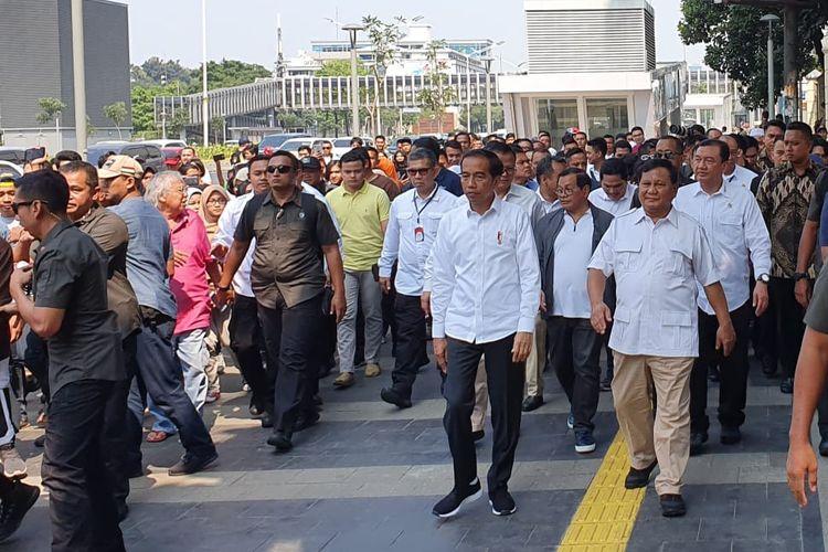 Saat Jokowi dan Prabowo turun dari stasiun MRT Senayan menuju FX Mall untuk makan siang bersama, Sabtu (12/7/2019). Pertemuan ini bersejarah karena menandakan rekonsiliasi di antara dua kubu yang selama ini membuat masyarakat terbelah sepanjang pemilihan presiden.
