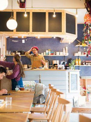 Restoran ini meminta pelanggan untuk langsung membayar setelah memesan. Jadi termasuk restoran bergaya self service atau pelanggan melayani diri sendiri.