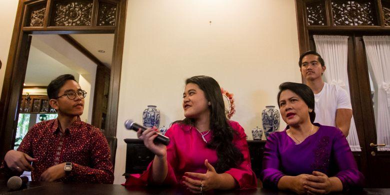 Ibu Negara Iriana Joko Widodo (kanan depan) didampingi ketiga anaknya yaitu Kaesang Pangarep (belakang), Kahiyang Ayu (kedua kiri) dan Gibran Rakabumi Raka (kiri) memberikan keterangan pers terkait pernikahan anaknya  di kediaman pribadi, Sumber, Solo, Jawa Tengah, Minggu (17/9). Putri Presiden Joko Widodo Kahiyang Ayu akan menikah dengan Bobby Nasution pada 8 November 2017 di gedung Graha Sabha Buana Solo.