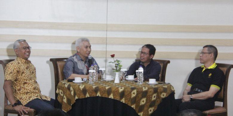Rektor Universitas Brawijaya Muhammad Bisri saat bersama Plt Ketua Umum PSSI Joko Driyono (tengah)