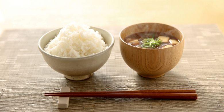 Sumpit khas Jepang, nasi, dan sup