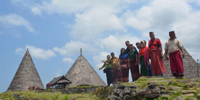 Para Dosen Universitas Bina Nusantara Jakarta, Oktober 2018 lalu mengabadikan kunjungan mereka di perkampungan tradisional Todo dengan latar belakang Mbaru Niang Todo di Kecamatan Satarmese Utara, Kabupaten Manggarai, Flores, NTT.