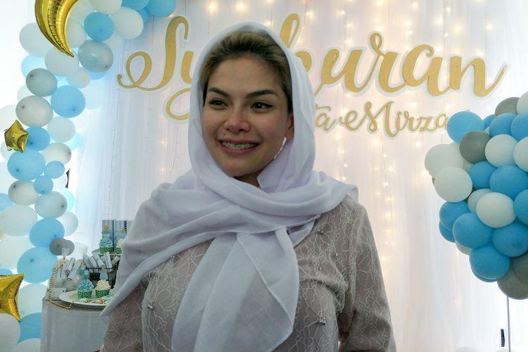 Pembawa acara Nikita Mirzani saat menjalani syukuran di kediamannya di kawasan Petukangan, Jakarta Selatan, Minggu (17/3/2019).