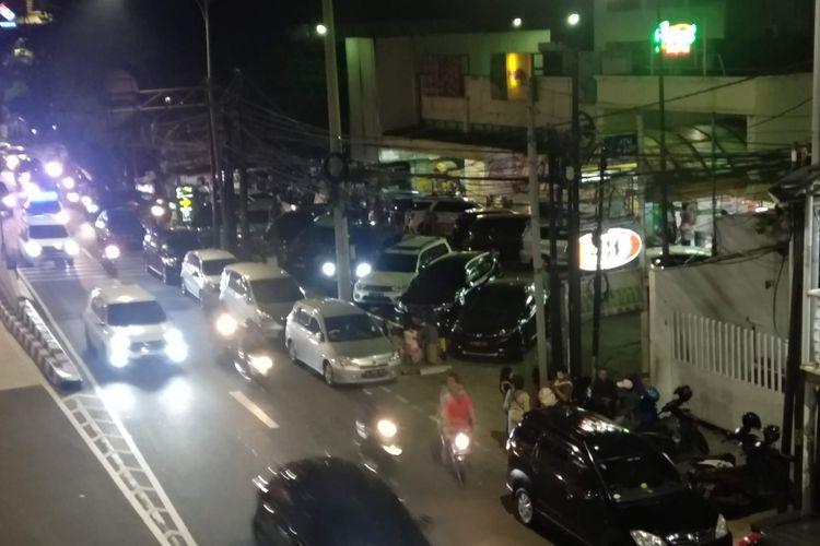 Kendaraan membeludak hingga tumpah ke jalan di Giant Ekspres di Mampang Prapatan, Jakarta Selatan, Minggu (6/23/2019).