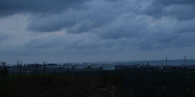 Tangki penampung minyak dan gas milik Perta Arun Gas (sebelumnya PT Arun) terlihat dari ketinggian Taman Ngieng Jioh, Kota Lhokseumawe, Aceh.