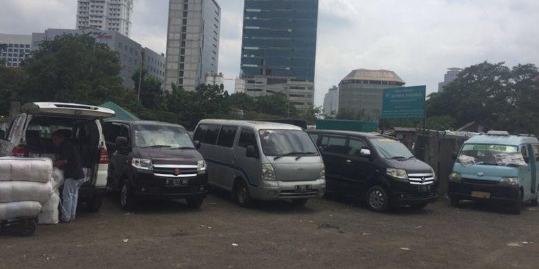 Pemprov DKI Jakarta berniat untui menyewa lahan seluas 3.000 meter milik pengusaha Robby Sumampow yang berada di sebelah Hotel Pharmin, Jakarta Pusat, Jumat (12/1/2018).