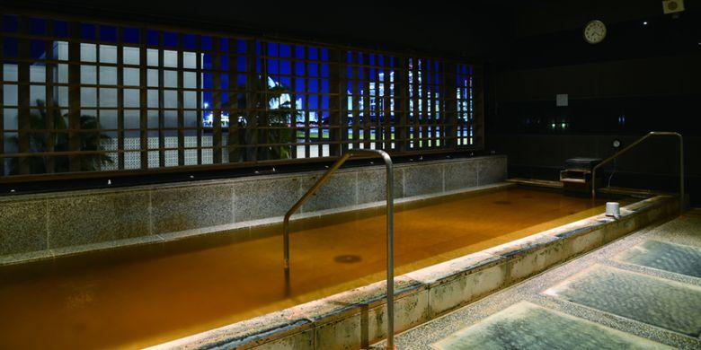 Terletak 1,500 meter di atas permukaan air laut, sumber air panas alami ini memiliki warna air yang keemasan